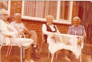 Oma und Opa am Tisch
